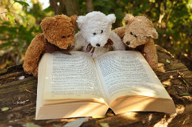 Stuffed teddy bears reading a book